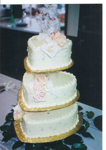 heart shaped wedding cake by Tracy Hunter