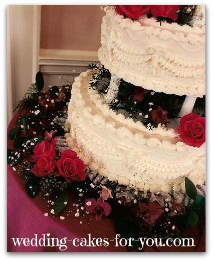 Close up view of the Victorian wedding cake with fresh flowers