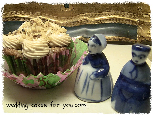 cupcake with two pilgrim figurines