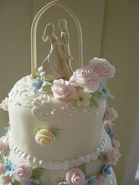 fondant flowers on a wedding cake