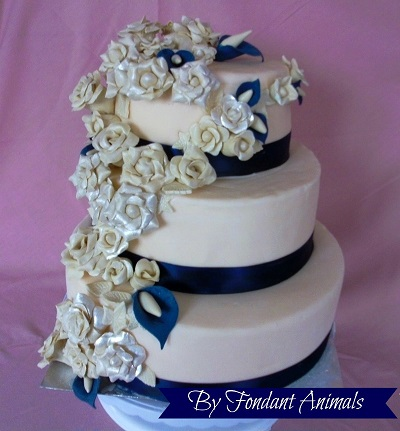 Wedding Cake with roses by Fondant Animals
