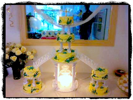 pictures of wedding cakes with fountains and stairs flashy wedding cakes with fountains for the adventurous 18474
