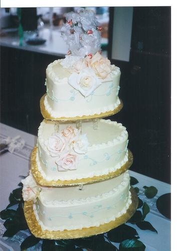 heart shaped wedding cake by Tracy Hunter