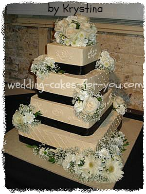 Ivory wedidng cake with fresh flowers