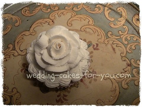 how to make whipped icing for wedding cakes icing for frosting and decorating a cake 16064